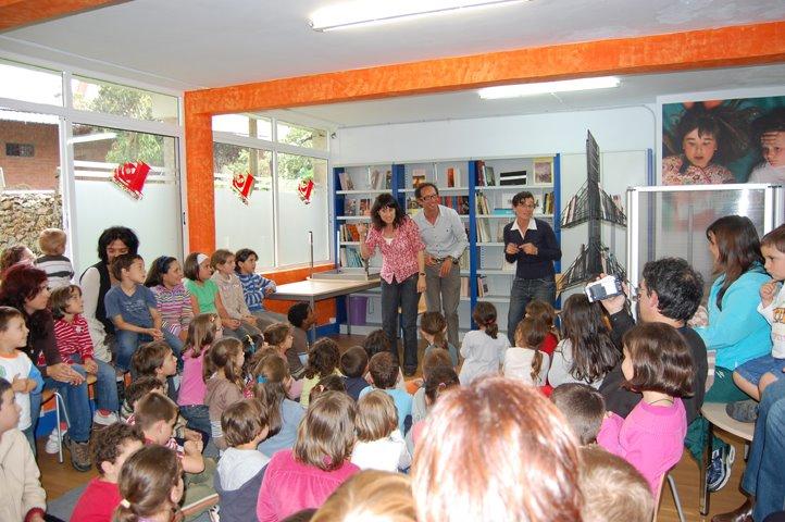 A Casa da Lectura énchese de nenos e nenas coa visita de María Lado