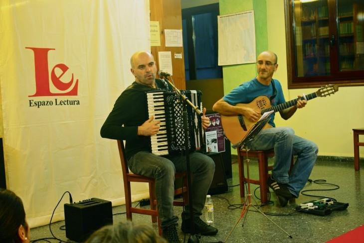 Xabier Díaz e Guillerme Fernández estiveron na segunda sesión de Contos en Cueiros