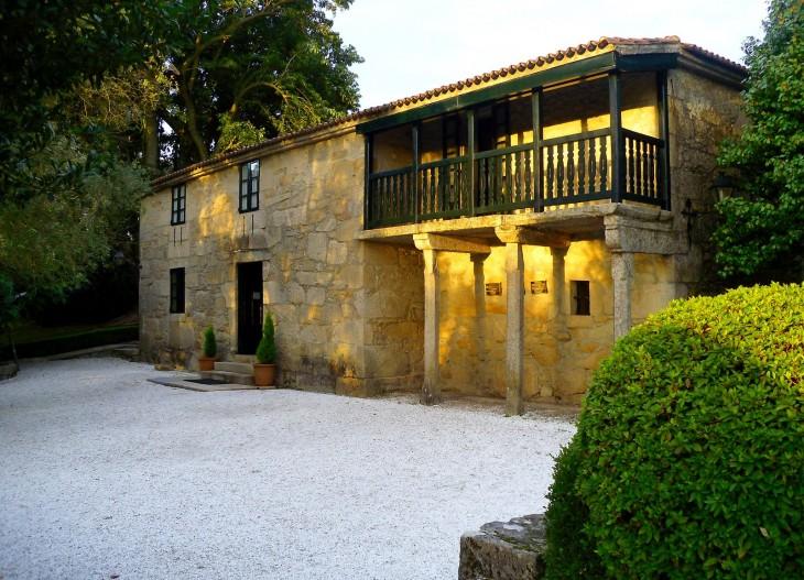O club de lectura Sete Vidas visita a Casa-Museo de Rosalía de Castro en compañía do autor Pedro Feijoo