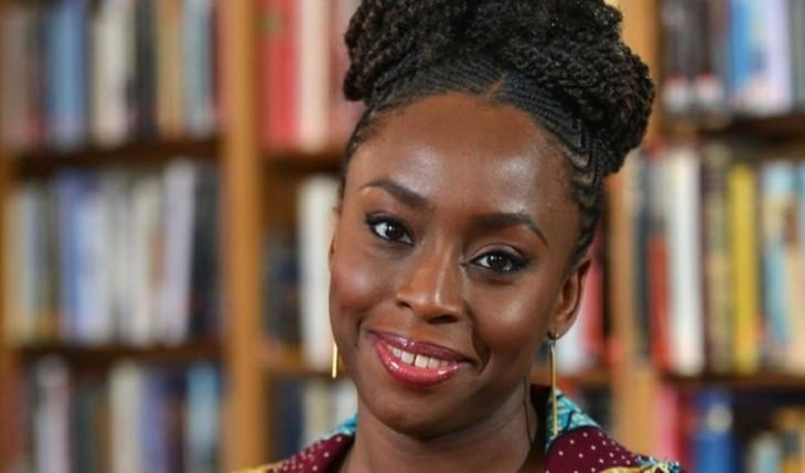 «O hibisco púrpura», da escritora nixeriana Chimamanda Adichie, no Sete Vidas de marzo