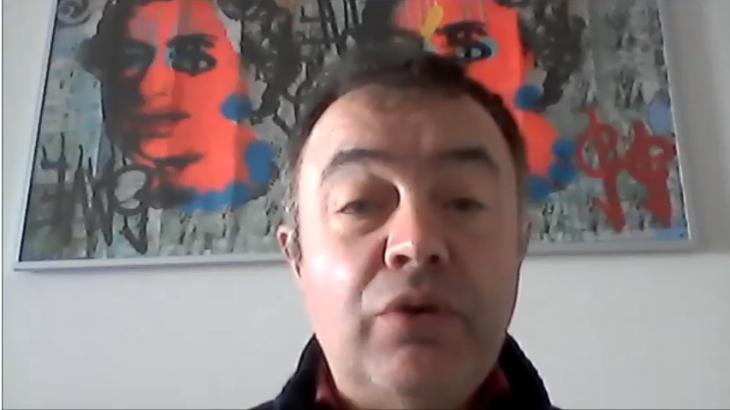 O actor e contacontos Santi Prego apoia a campaña «Por unha biblioteca digna» para Gondomar