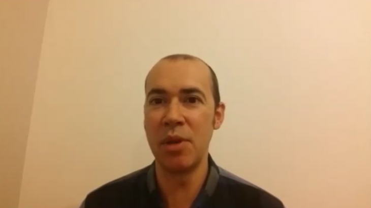O escritor Santiago Lopo apoia a campaña «Por unha biblioteca digna» para Gondomar