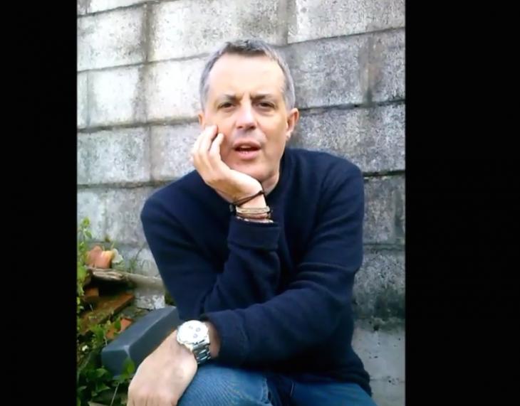 O escritor Alexandre Alonso apoia a campaña «Por unha biblioteca digna» para Gondomar