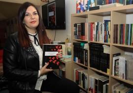 A escritora Ledicia Costas estará na primeira sesión do club Sete Vidas da tempada para falar da súa novela «Infamia»